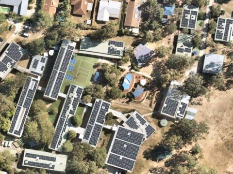 solar-panels-schools-hospitals-prisons-power-queensland-renewable-future-report-finds-1